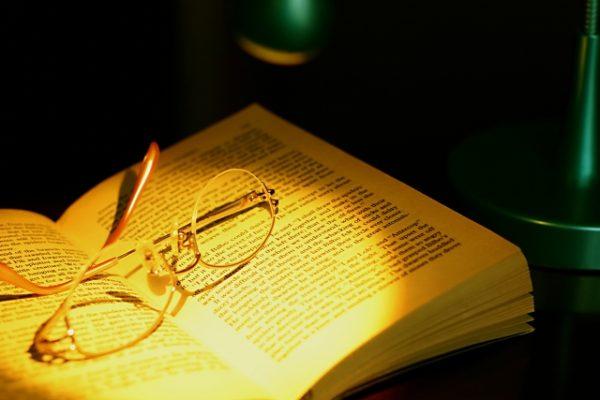 本 眼鏡 開いた本 読みかけ