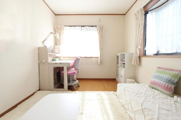 部屋の中 学習机 ベッド