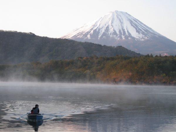 湖の中のボート 対岸に富士山