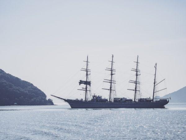 海に浮かぶ帆船