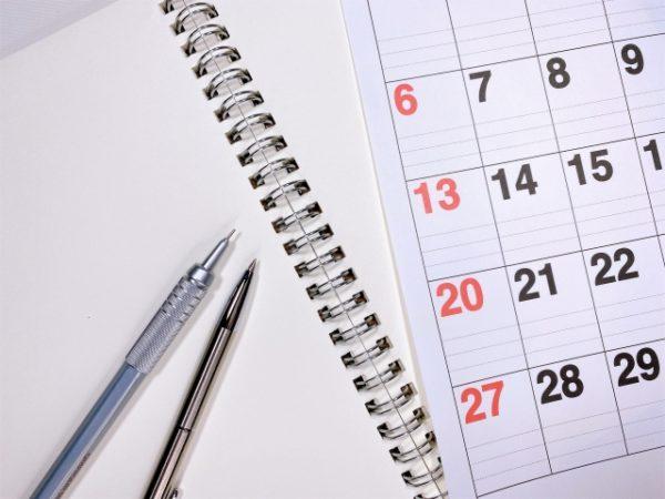 カレンダー、ノート、ペン