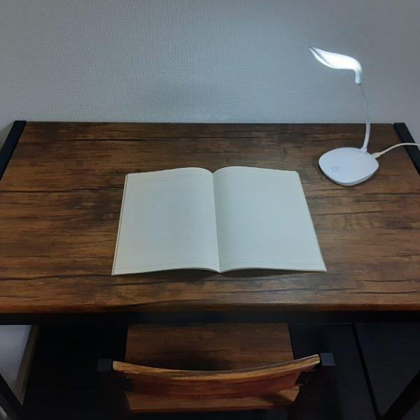 机の上にテキスト 照らす卓上ライト