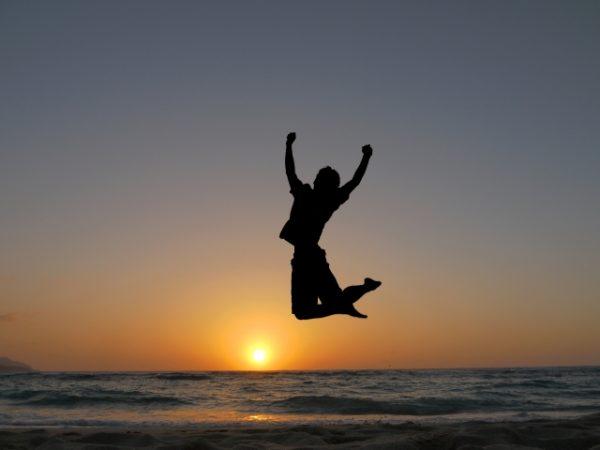 夕日 海 ジャンプする人